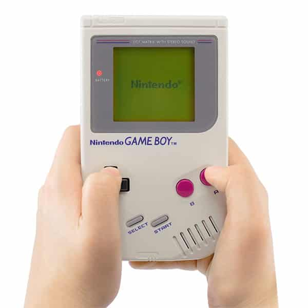 Pessoa jogando o Game Boy Classico