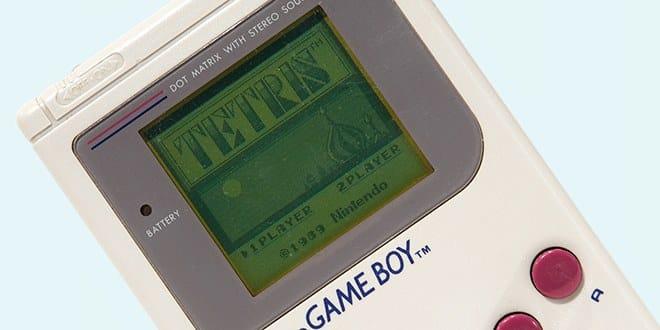 primeiro modelo de Game Boy (DMG-001) com o jogo Tetris.