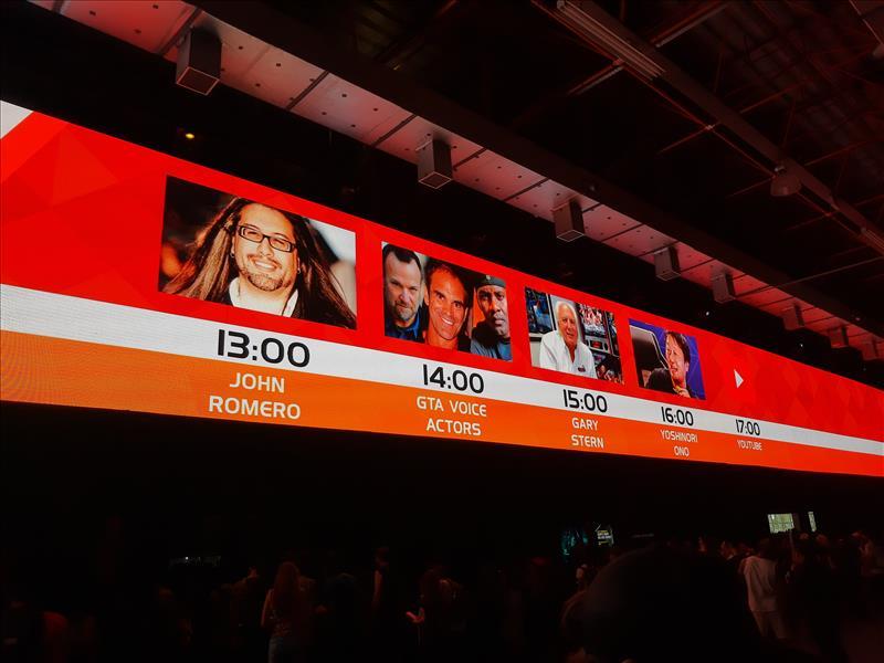 Telão LED exibindo as principais atrações do dia na BGS.